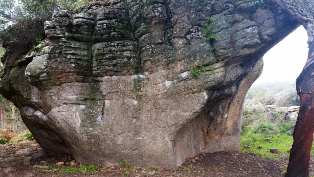 Marcas de magensio en la pared de roca.