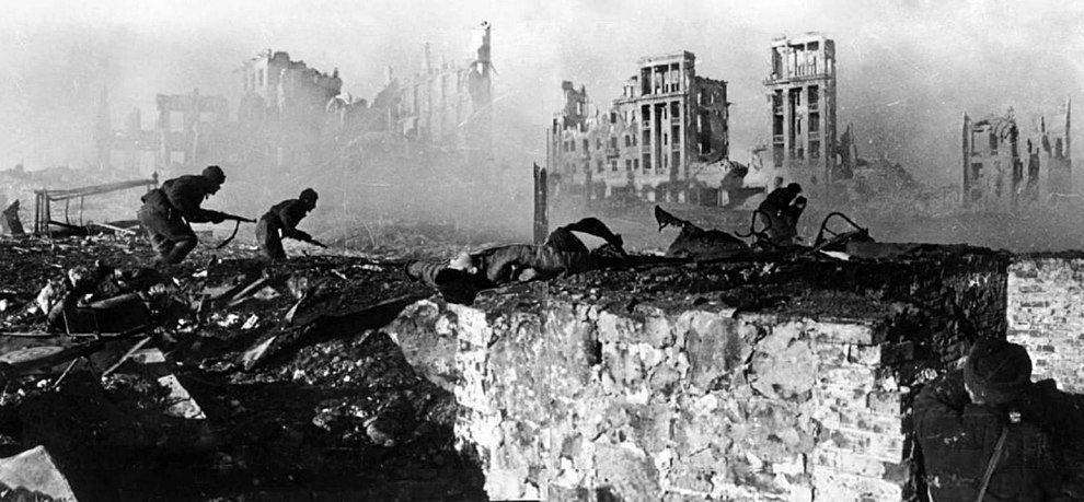 Soldados soviéticos atacando un edificio en ruinas en Stalingrado 1 febrero de 1943 (Wikimedia).