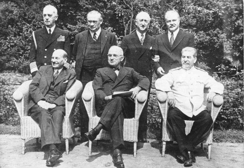 Conferencia Potsdam Febrero 1945 Attlee Truman Stalin (Wikimedia).