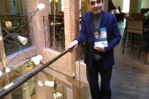 Adolfo Domínguez posa junto a su libro.