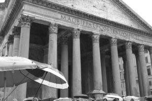 Fachada actual del Panteón, construido por Agripa (27-25 a. C.) y reconstruido por Adriano en el siglo II d. C. (Pedro Huertas).
