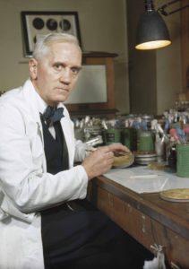 Alexander Fleming en su laboratorio de St. Mary's (Londres) (Wikimedia).