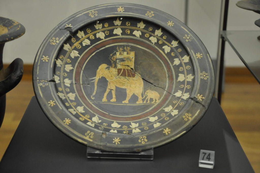Elefante de guerra en un plato etrusco, probablemente del siglo III a. C. (Museo nazionale etrusco di Villa Giulia) (Fotografía de María Engracia Muñoz Santos).