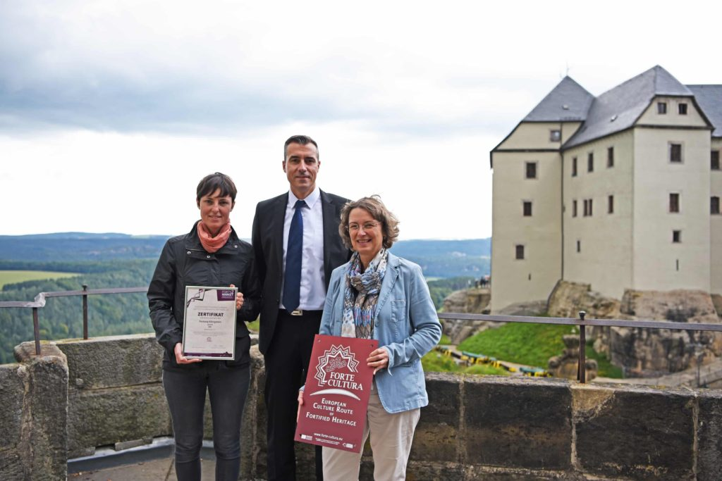 La fortaleza de Königstein (Sajonia) se convierte en miembro de la red. Kathrin Harre (Fortress Königstein gGmbH), Dirk Röder y Dr. Angelika Taube (director de Fortress Königstein gGmbH).