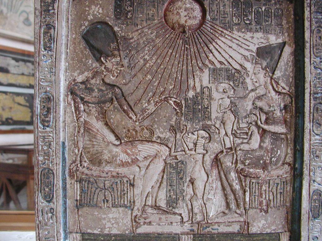 Estela con Akhenatón y su familia, Museo Egipcio de El Cairo (Wikimedia).