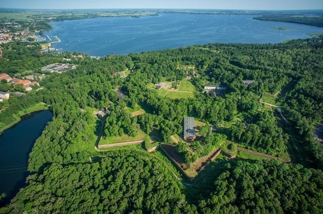 Vista panorámica de la Fortaleza Boyen y el lago Niegocin (©hotelmasovia).