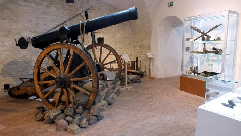 Cañón que se puede ver en las instalaciones de la fortaleza.